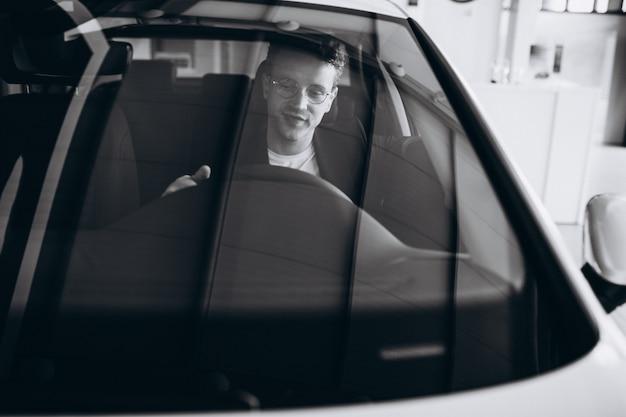 Knappe man zit in een auto