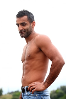 Knappe man zonder shirt