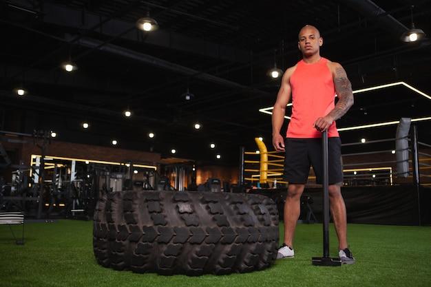 Knappe mannelijke afrikaanse atleet die bij de gymnastiek uitwerkt