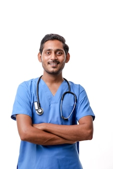 Knappe mannelijke arts op witte achtergrond