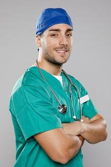 Knappe mannelijke arts poseren met gekruiste armen