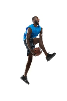 Knappe mannelijke basketbalspeler in beweging en actie geïsoleerd op een witte muur