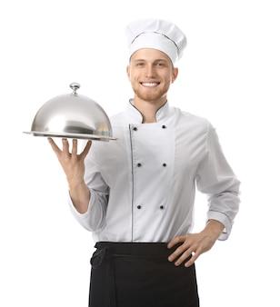 Knappe mannelijke chef-kok met dienblad en cloche