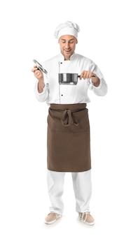Knappe mannelijke chef-kok met pot op wit