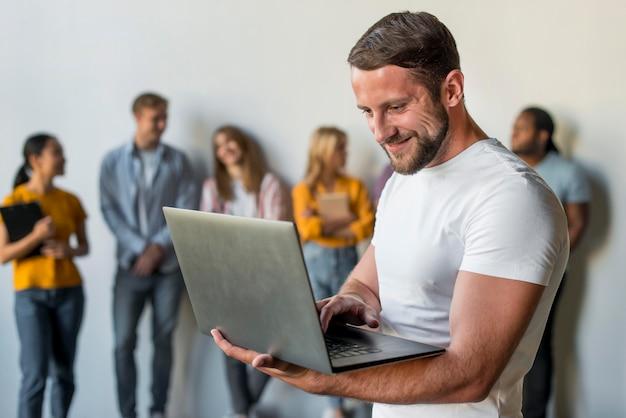 Knappe mannelijke doorbladerende laptop
