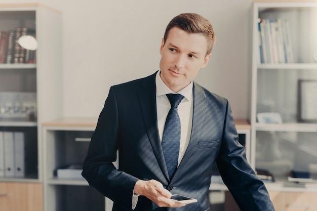 Knappe mannelijke manager in stijlvolle kleding