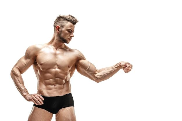 Knappe mannelijke model poseren in studio voor een zwarte muur.