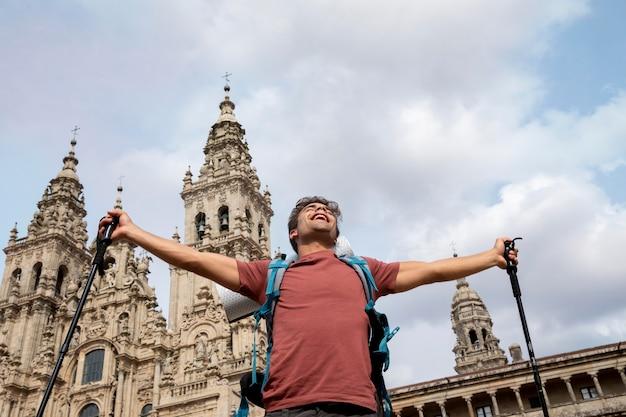 Knappe mannelijke reiziger bij een historische kathedraal