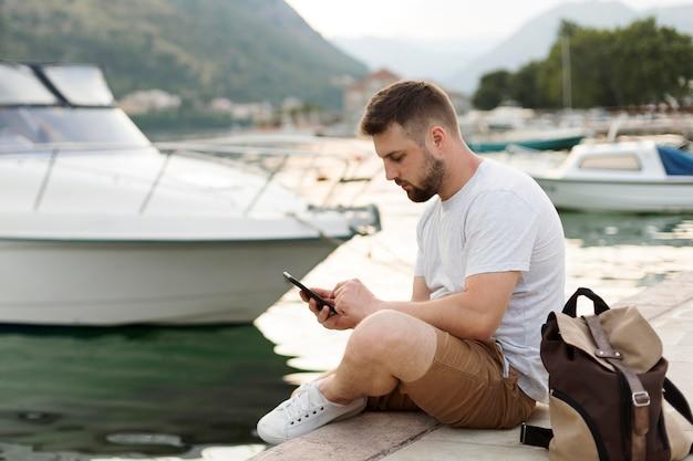 Knappe mannelijke reiziger in montenegro