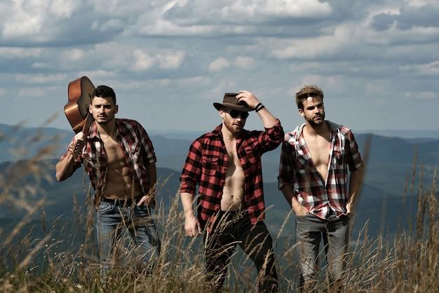 Knappe mannen die in de bergen lopen.