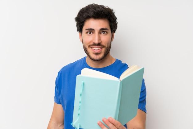 Knappe mens die en een boek houdt leest