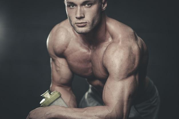 Knappe model jonge man neemt sportvoeding