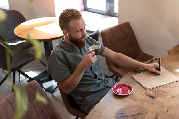 Knappe moderne man met een kopje koffie