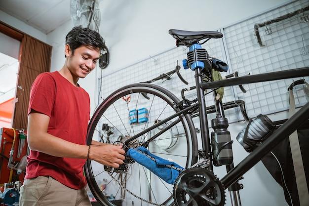 Knappe monteur die aan het werk is, draait de fietsas vast met een sleutel