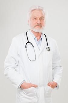 Knappe oudere arts in uniform