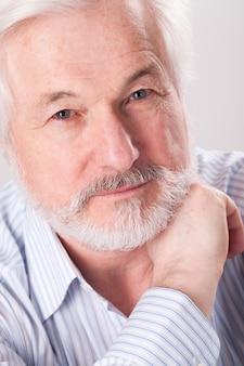 Knappe oudere man met grijze baard