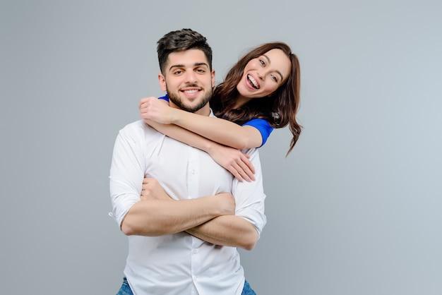 Knappe paar man en vrouw glimlachen en lachen geïsoleerd