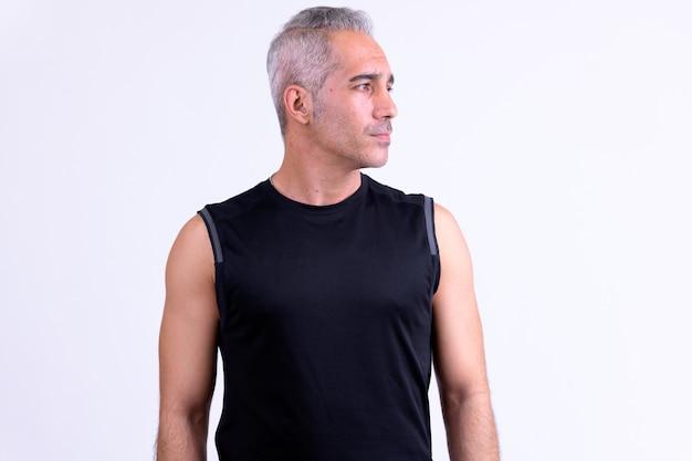 Knappe perzische man denken en wegkijken klaar voor sportschool