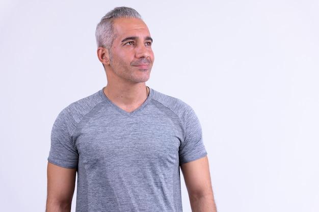 Knappe perzische man denken klaar voor sportschool tegen witte backgr