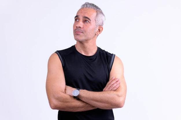 Knappe perzische man denken met gekruiste armen klaar voor sportschool