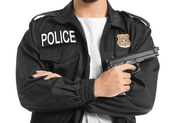 Knappe politieagent met pistool op witte achtergrond