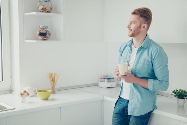 Knappe roodharige man in de keuken