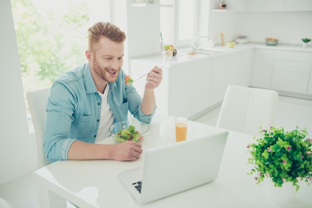 Knappe roodharige man in de keuken Premium Foto