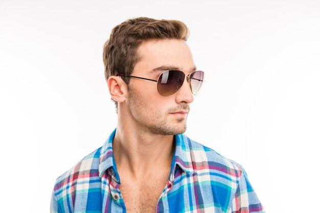 Knappe schattige man met zijn bril