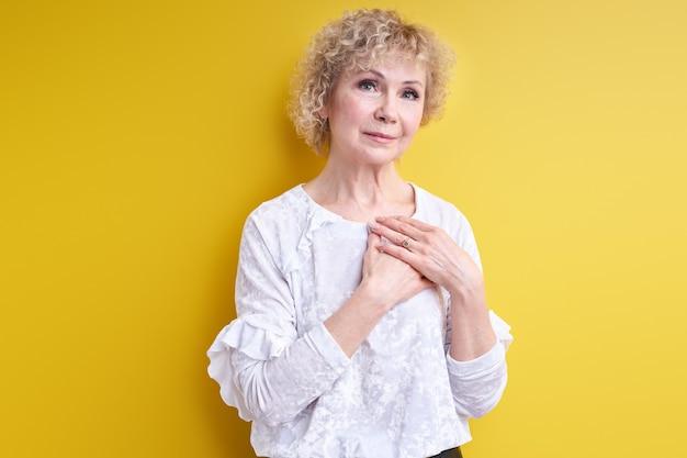Knappe senior vrouw dankbaarheid uiten dankbaarheid