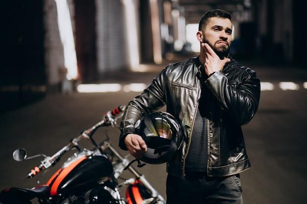 Knappe sexy man op motor