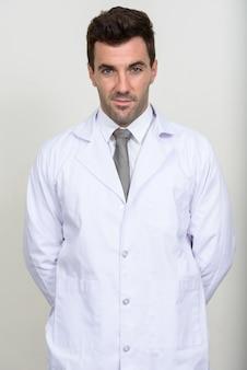 Knappe spaanse man arts op wit