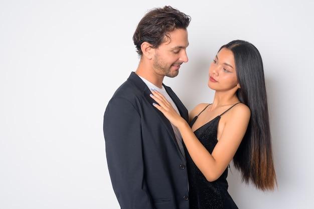 Knappe spaanse zakenman en jonge mooie aziatische zakenvrouw samen