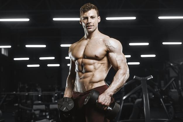 Knappe sterke atletische mannen oppompen van spieren training bodybuilding