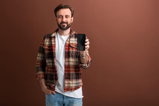 Knappe stijlvolle hipster bebaarde man op bruin