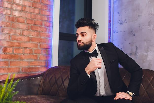 Knappe stijlvolle man in elegant zwart pak.