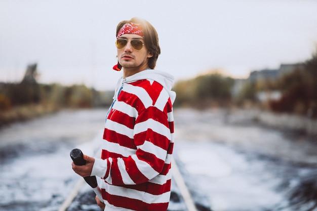 Knappe stijlvolle man in stedelijke outfit