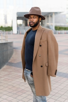 Knappe stijlvolle man met casual kleding