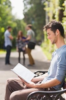 Knappe student studeert buiten op de campus