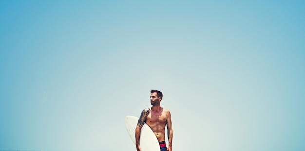 Knappe surfer op het strand