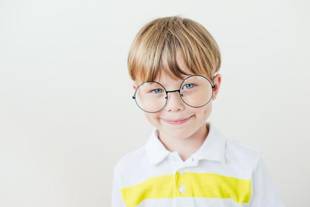 Knappe tienerjongen draagt een bril