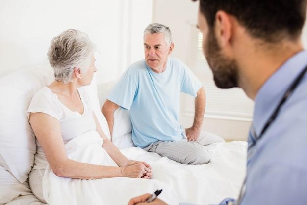 Knappe verpleegster die een rijpe vrouw thuis bezoekt