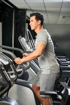 Knappe vietnamese man in de sportschool