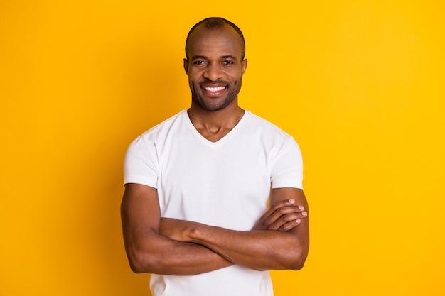 Knappe viriele zelfverzekerde mannelijke afrikaanse man gekruiste handen