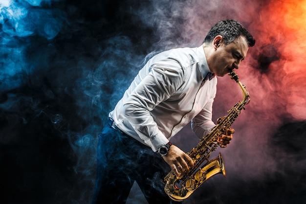Knappe volwassen man saxofoon spelen
