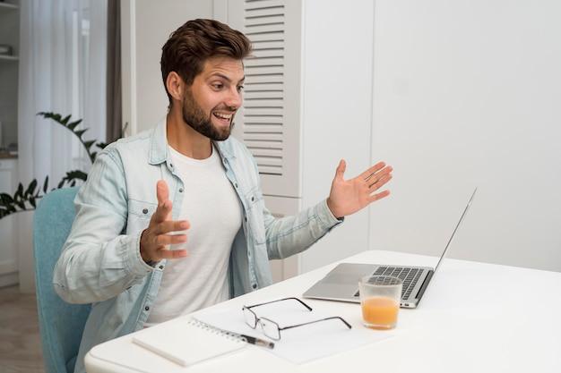 Knappe volwassen mannelijke videoconferenties