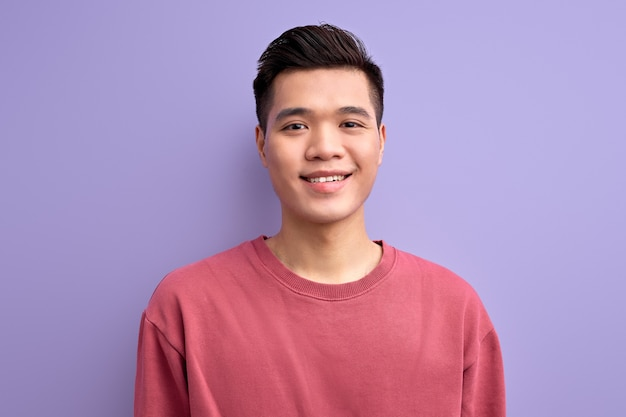 Knappe vriendelijke kerel van aziatische verschijning camera kijken glimlachen, casual shirt dragen.