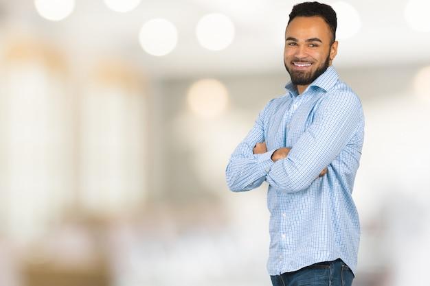Knappe vrolijke afro-amerikaanse uitvoerende zakenman