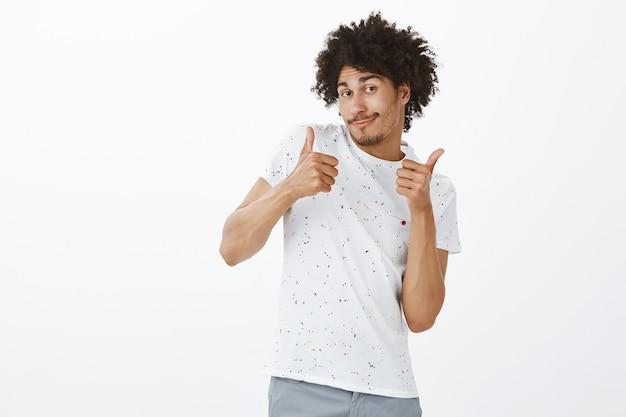 Knappe vrolijke man met thumbs-up, lof goede keuze, compliment maken, als iets goeds