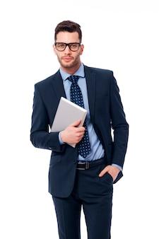 Knappe zakenman aan het werk met de digitale tablet