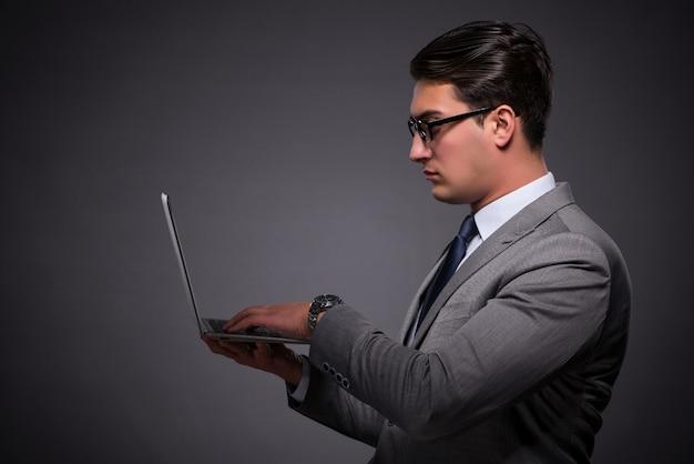 Knappe zakenman die aan laptop computer werkt
